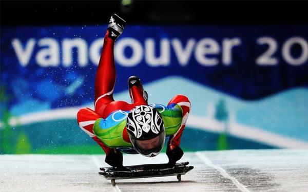 冰雪運動百科④|鋼架雪車:只能以俯臥式進行,肚子要貼在雪車上