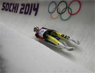 冰雪運動百科⑦|無舵雪橇:運動員仰躺在雪橇上,雙腳朝前迅速滑下1000至1500米的滑道
