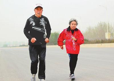 傳奇!91歲的他依然奔跑,86歲老伴隨他參賽