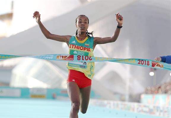 1小時06分11秒!這是新的女子半程馬拉松世界紀錄