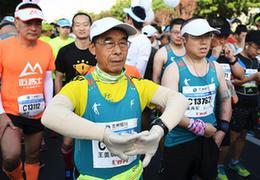 跑者故事:6年跑了一百場馬拉松,這位古稀老人還要跑下去