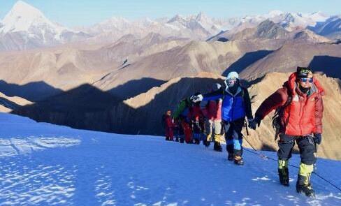62名戶外愛好者登頂洛堆峰圓夢雪山