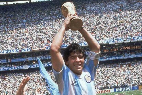 """""""希望有一天圣无比,我们能够一起在天堂踢球""""——巴西各界悼念马拉多纳"""
